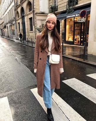 Comment porter: manteau à carreaux marron, pull à col roulé beige, jean boyfriend bleu clair, bottines à lacets en cuir noires