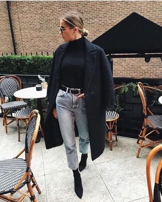 Comment porter: manteau texturé noir, pull à col roulé noir, jean boyfriend bleu clair, bottines élastiques noires
