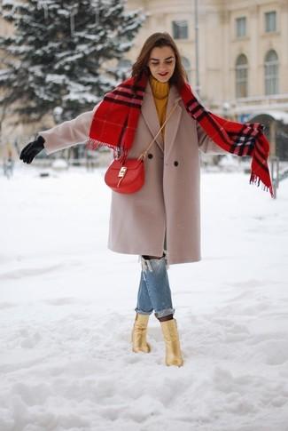 Comment porter: manteau beige, pull à col roulé en tricot moutarde, jean boyfriend déchiré bleu, bottines en cuir dorées