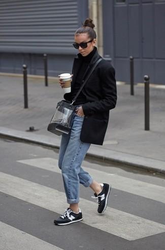 Comment porter un sac bandoulière transparent: Marie un manteau noir avec un sac bandoulière transparent pour une impression décontractée. Tu veux y aller doucement avec les chaussures? Opte pour une paire de des chaussures de sport noires et blanches pour la journée.