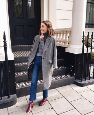 Comment porter des bottines en cuir bordeaux: Essaie de marier un manteau écossais gris avec un jean flare bleu pour achever un style chic et glamour. Une paire de des bottines en cuir bordeaux est une option parfait pour complèter cette tenue.