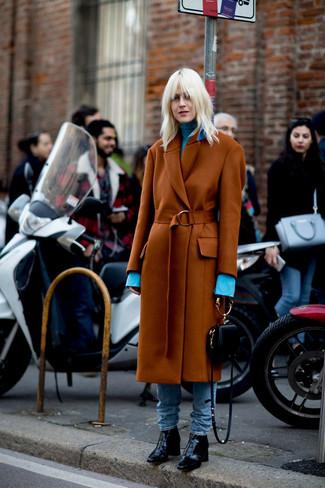 Comment porter: manteau tabac, pull à col roulé bleu clair, jean bleu clair, bottines en cuir noires