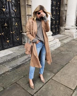 Comment porter: manteau marron clair, pull à col roulé en laine gris, jean bleu clair, escarpins en daim marron