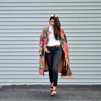 Comment porter: manteau à fleurs noir, pull à col roulé blanc, jean noir, sandales compensées en cuir marron foncé