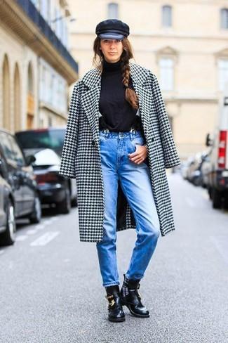 Un manteau en pied-de-poule blanc et noir et un jean bleu sont un choix de tenue idéale à avoir dans ton arsenal. Rehausse cet ensemble avec une paire de des bottines en cuir découpées noires.