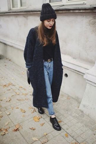 Comment porter: manteau en tricot gris foncé, pull à col roulé noir, jean bleu clair, chaussures derby en cuir noires