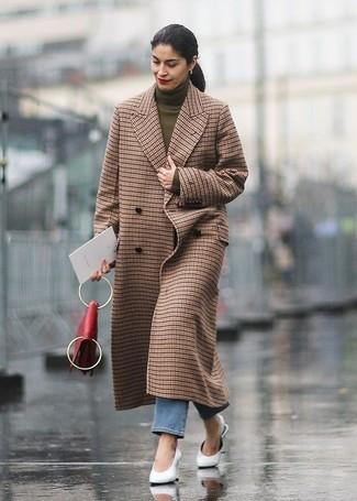 Comment porter: manteau à carreaux marron, pull à col roulé olive, jean bleu, mules en cuir blanches