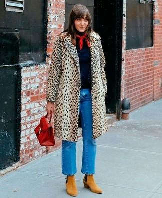 Comment porter: manteau imprimé léopard beige, pull à col roulé bleu marine, jean bleu, bottines en daim marron clair