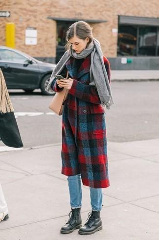 Comment porter: manteau écossais rouge et bleu marine, pull à col roulé noir, jean bleu clair, bottines plates à lacets en cuir noires