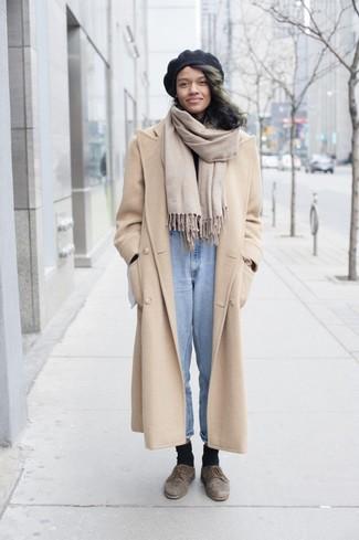Comment porter: manteau beige, pull à col roulé noir, jean bleu clair, chaussures derby en daim marron