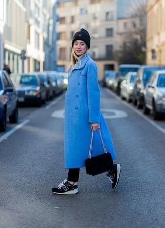Comment porter: manteau bleu, pull à col roulé noir, jean noir, chaussures de sport noires