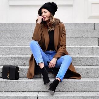 Comment porter: manteau marron, pull à col roulé noir, jean bleu clair, bottines en daim noires