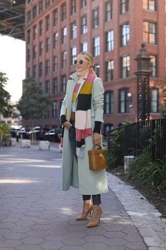 Comment porter: manteau gris, pull à col roulé à rayures horizontales multicolore, jean bleu marine, escarpins en daim marron clair