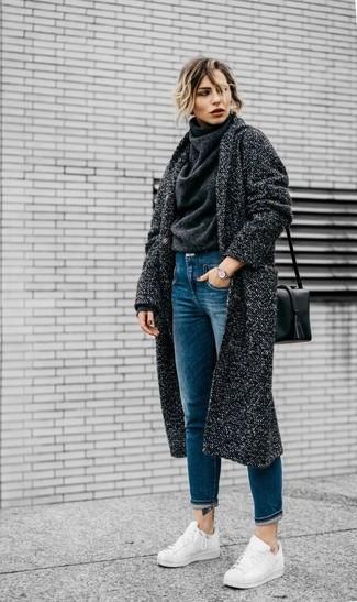 Comment porter: manteau gris foncé, pull à col roulé en laine gris foncé, jean bleu, baskets basses en cuir blanches