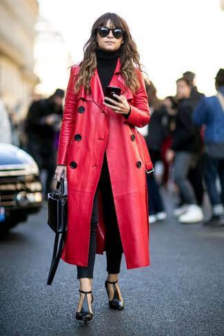 Tenue de Miroslava Duma: Manteau en cuir rouge, Pull à col roulé noir, Jean skinny noir, Bottines en cuir découpées noires