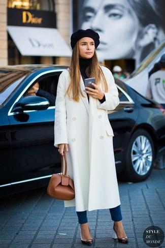 Tenue de Miroslava Duma: Manteau blanc, Pull à col roulé noir, Jean skinny bleu, Escarpins en cuir noirs
