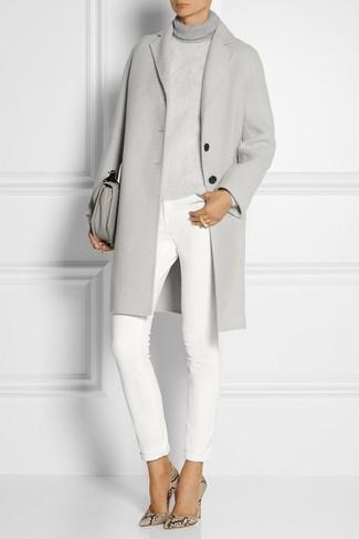 Comment porter: manteau gris, pull à col roulé gris, jean skinny blanc, escarpins en cuir imprimés serpent beiges