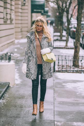Comment porter: manteau blanc, pull à col roulé marron clair, jean skinny noir, bottines en cuir marron clair
