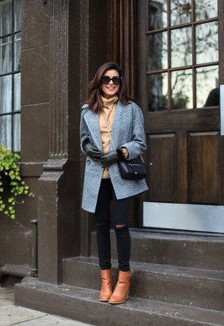 Comment porter: manteau gris, pull à col roulé marron clair, jean skinny déchiré noir, bottines en cuir marron clair