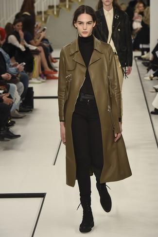 Tenue: Manteau en cuir olive, Pull à col roulé noir, Jean skinny noir, Bottines plates à lacets en daim noires