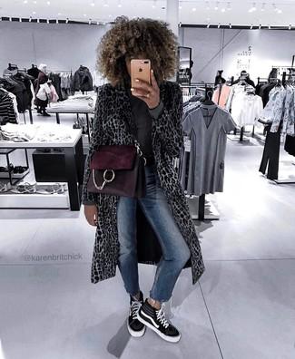 Comment porter un cartable en cuir pourpre foncé: Pense à marier un manteau imprimé léopard gris avec un cartable en cuir pourpre foncé pour un look idéal le week-end. Une paire de des baskets montantes en toile noires et blanches est une option judicieux pour complèter cette tenue.