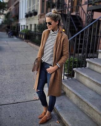 Comment porter: manteau marron clair, pull à col roulé à rayures horizontales blanc et noir, jean skinny déchiré bleu marine, slippers en cuir marron