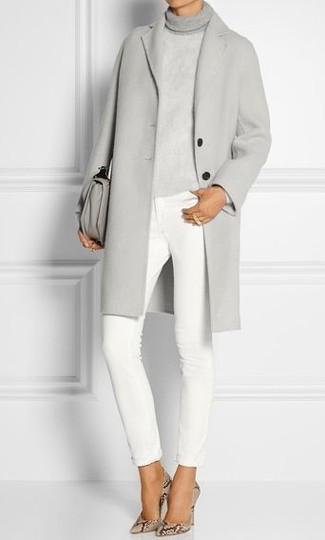 Comment porter: manteau gris, pull à col roulé en tricot gris, jean skinny blanc, escarpins en cuir imprimés serpent beiges