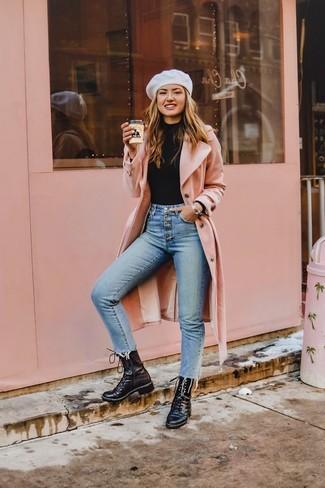 Comment porter: manteau rose, pull à col roulé noir, jean skinny bleu clair, bottines plates à lacets en cuir noires