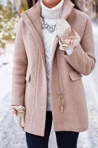 Comment porter: manteau rose, pull à col roulé en tricot blanc, jean skinny noir, gants en laine beiges