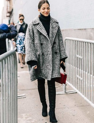 Comment porter un manteau écossais gris: Opte pour un manteau écossais gris avec un jean skinny bleu pour achever un look chic. Cette tenue se complète parfaitement avec une paire de des cuissardes en daim noires.