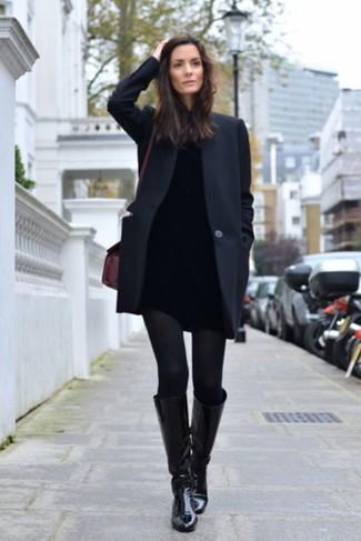 Comment porter: manteau noir, pull à col roulé noir, jean skinny noir, bottes hauteur genou en cuir noires