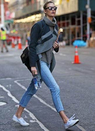 Comment porter: manteau gris foncé, pull à col roulé en laine gris, jean skinny bleu clair, baskets basses en toile blanches