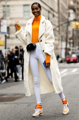 Comment porter: manteau en polaire blanc, pull à col roulé orange, jean skinny blanc, baskets montantes orange