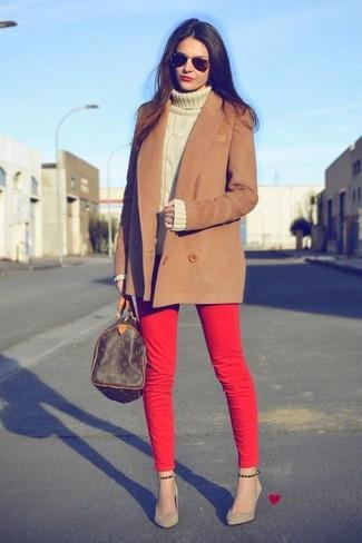Comment porter: manteau marron, pull à col roulé en laine beige, jean skinny rouge, escarpins en daim marron clair