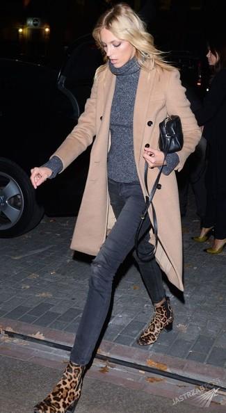 Comment porter: manteau beige, pull à col roulé gris foncé, jean skinny déchiré gris foncé, bottines chelsea en daim imprimées léopard marron clair