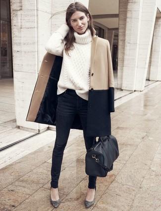 Comment porter: manteau marron clair, pull à col roulé en tricot beige, jean skinny déchiré noir, escarpins en cuir gris foncé