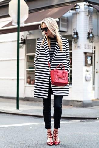 Comment porter: manteau à rayures horizontales blanc et noir, pull à col roulé à rayures horizontales gris, jean skinny noir, escarpins en cuir à clous rouges