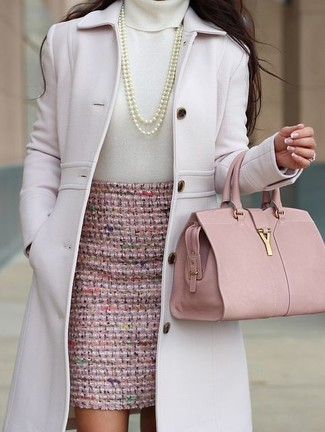 Comment porter: manteau rose, pull à col roulé blanc, jupe crayon en tweed rose, cartable en cuir rose