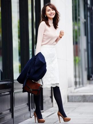 Comment porter: manteau bleu marine, pull à col roulé beige, jupe crayon en dentelle blanche, escarpins en cuir marron