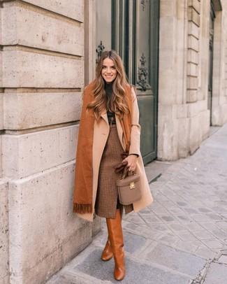Comment porter: manteau beige, pull à col roulé gris foncé, jupe crayon à carreaux marron, bottes hauteur genou en cuir tabac