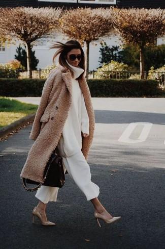 Comment porter: manteau en polaire marron clair, pull à col roulé en laine en tricot blanc, jupe-culotte blanche, escarpins en cuir marron clair