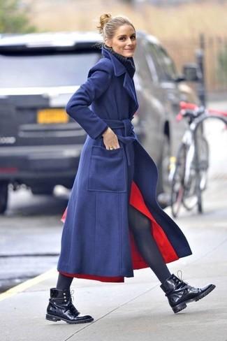 Comment porter: manteau bleu marine, pull à col roulé en laine en tricot bleu marine, jupe mi-longue fendue rouge, bottines plates à lacets en cuir noires