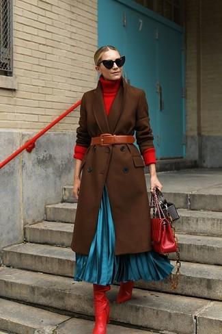 Comment porter: manteau marron foncé, pull à col roulé rouge, jupe mi-longue plissée turquoise, bottes hauteur genou en cuir rouges