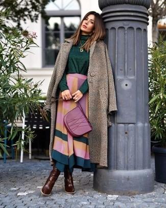 Comment porter: manteau à chevrons marron, pull à col roulé vert foncé, jupe mi-longue géométrique multicolore, bottes hauteur genou en cuir marron foncé