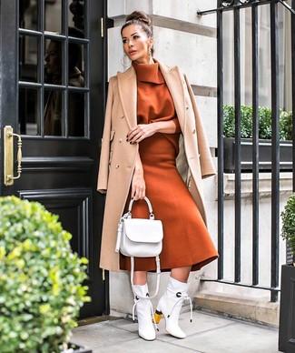 Comment porter: manteau marron clair, pull à col roulé tabac, jupe mi-longue en laine tabac, bottines en cuir blanches