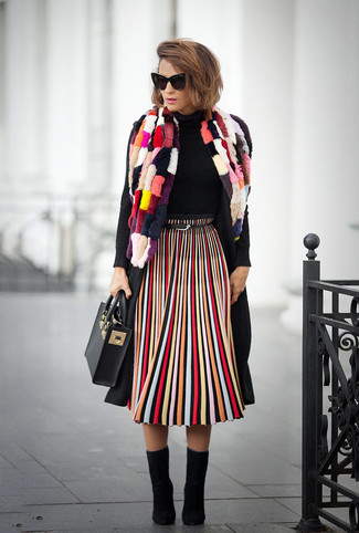 Comment porter: manteau noir, pull à col roulé noir, jupe mi-longue à rayures verticales multicolore, bottines en daim noires