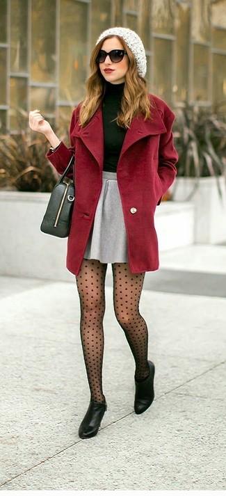 Comment porter: manteau bordeaux, pull à col roulé vert foncé, jupe patineuse grise, bottines en cuir noires