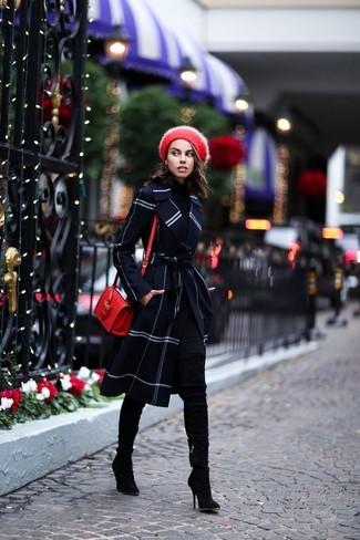 Comment porter: manteau à carreaux bleu marine, pull à col roulé noir, leggings noirs, cuissardes en daim noires