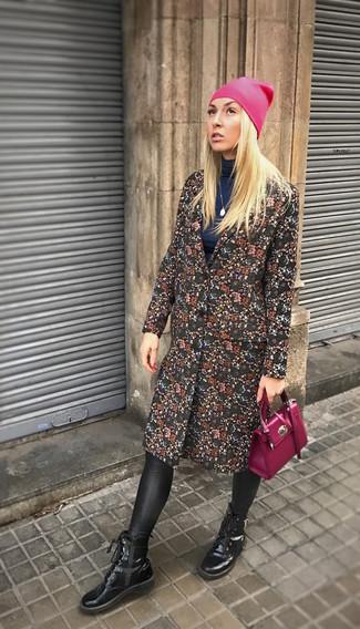 Comment porter: manteau à fleurs noir, pull à col roulé bleu marine, leggings en cuir noirs, bottines à lacets en cuir noires