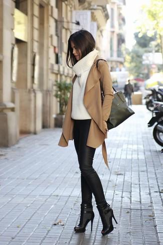 Comment porter: manteau marron clair, pull à col roulé en tricot blanc, leggings en cuir noirs, bottines en cuir découpées noires